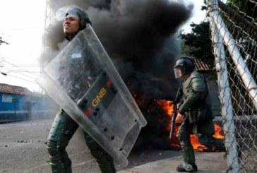 Venezuela soldiers abandon posts at Colombia border